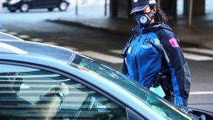 Policía comprobando documentación en un barrio de Madrid.