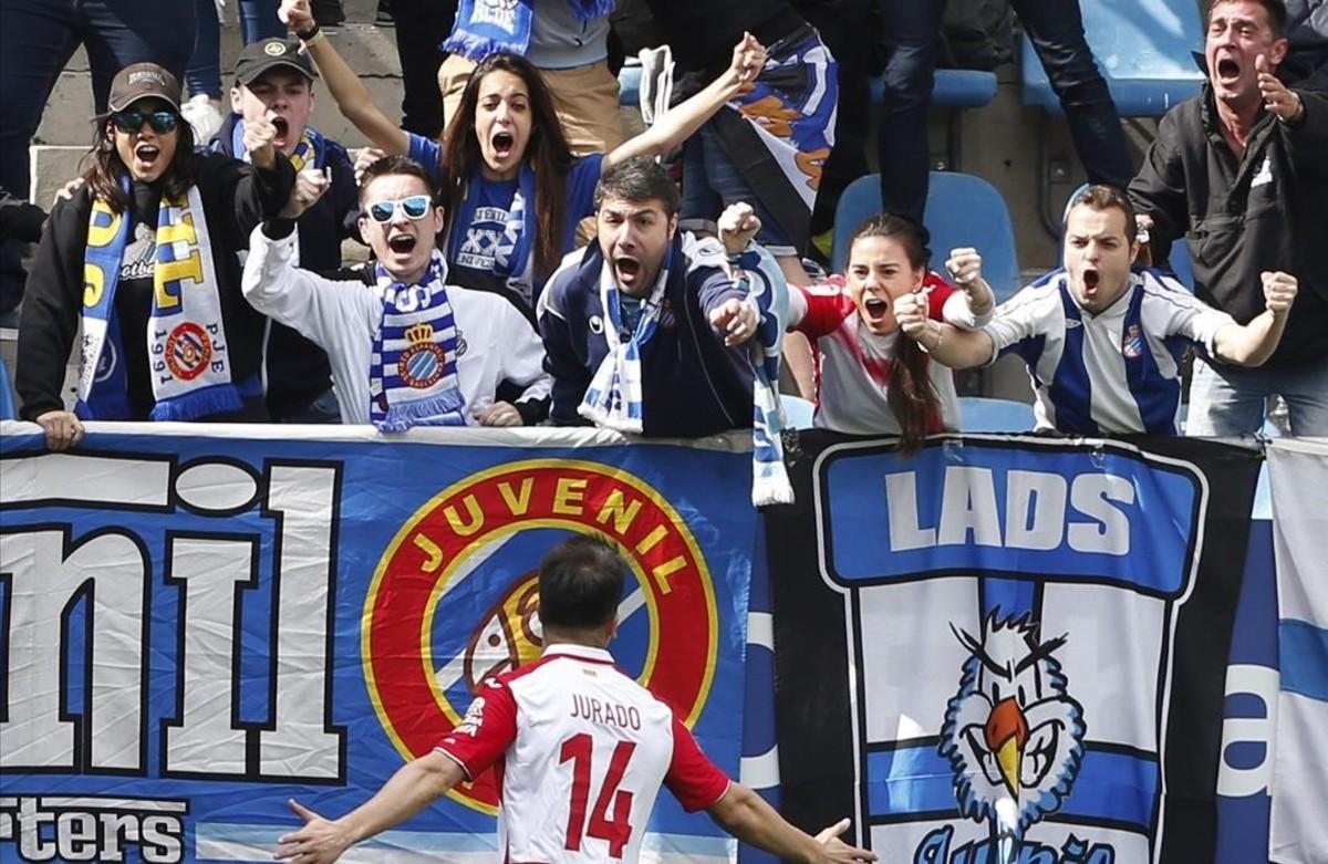 Aficionados del Espanyol celebran efusivamente un gol de Jurado.