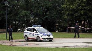 Agentes de la Ertzaintza custodian el parque de Etxebarria, en Bilbao.