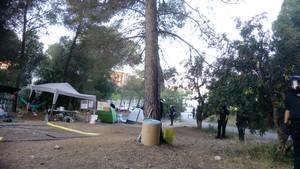 Agentes de la policía desalojan a los acampados en la pineda del Castell, en Castelldefels.