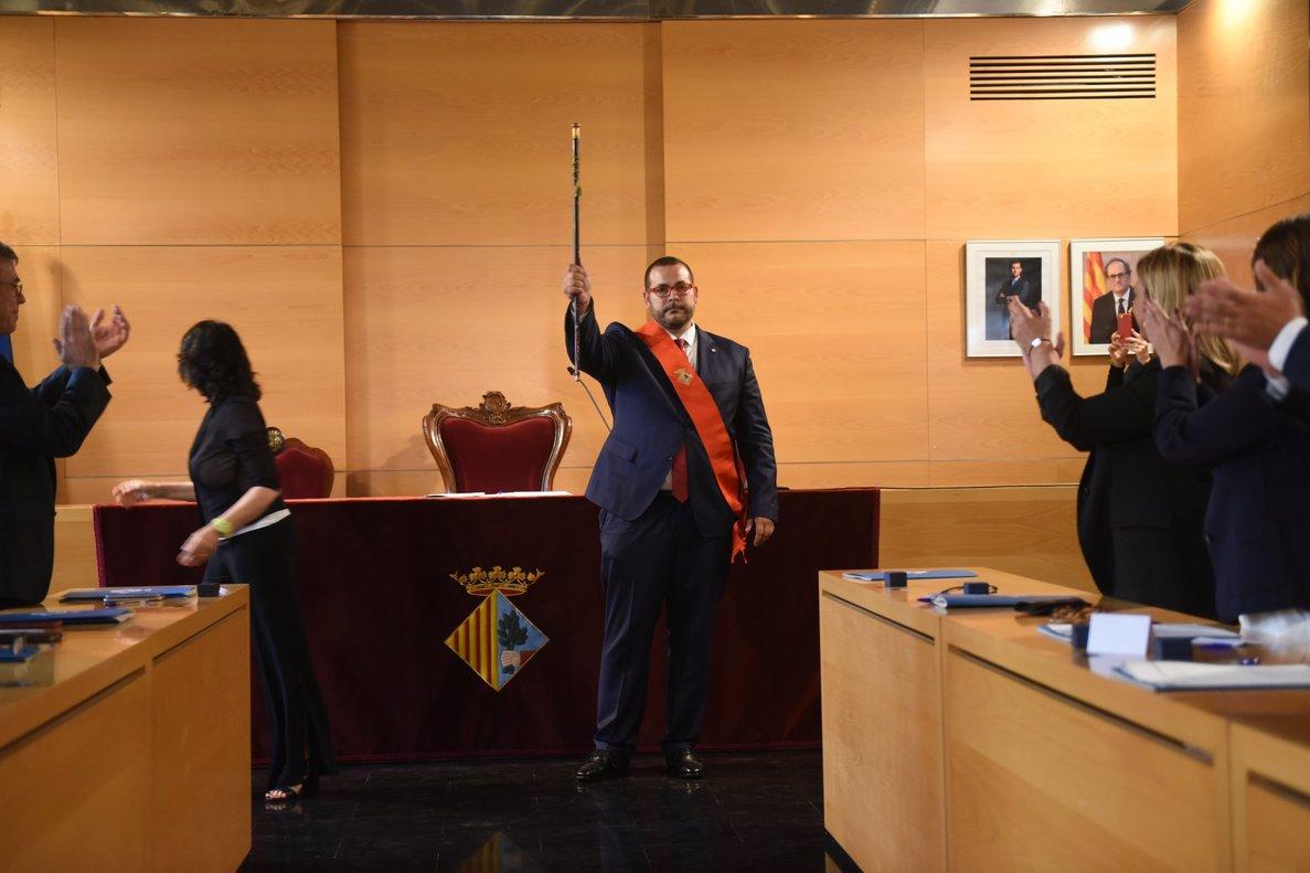 El alcalde de Mataró, David Bote, alzando la vara que lo acredita como tal después de ser reelegido, este sábado en la capital del Maresme.