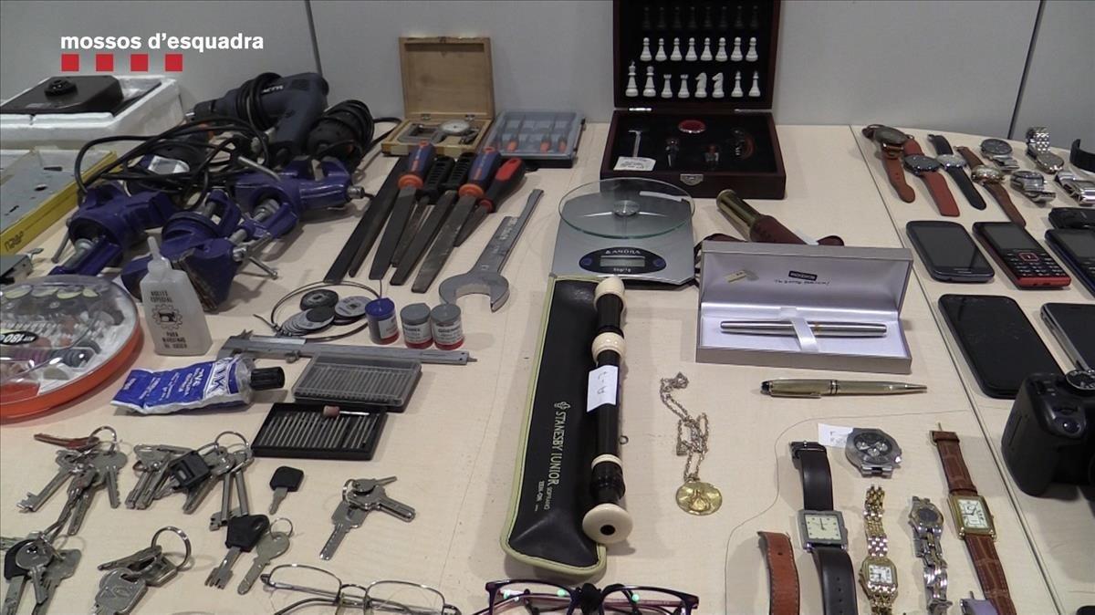 Algunos de los objetos robados que los mossos intervenieron a los detenidos.