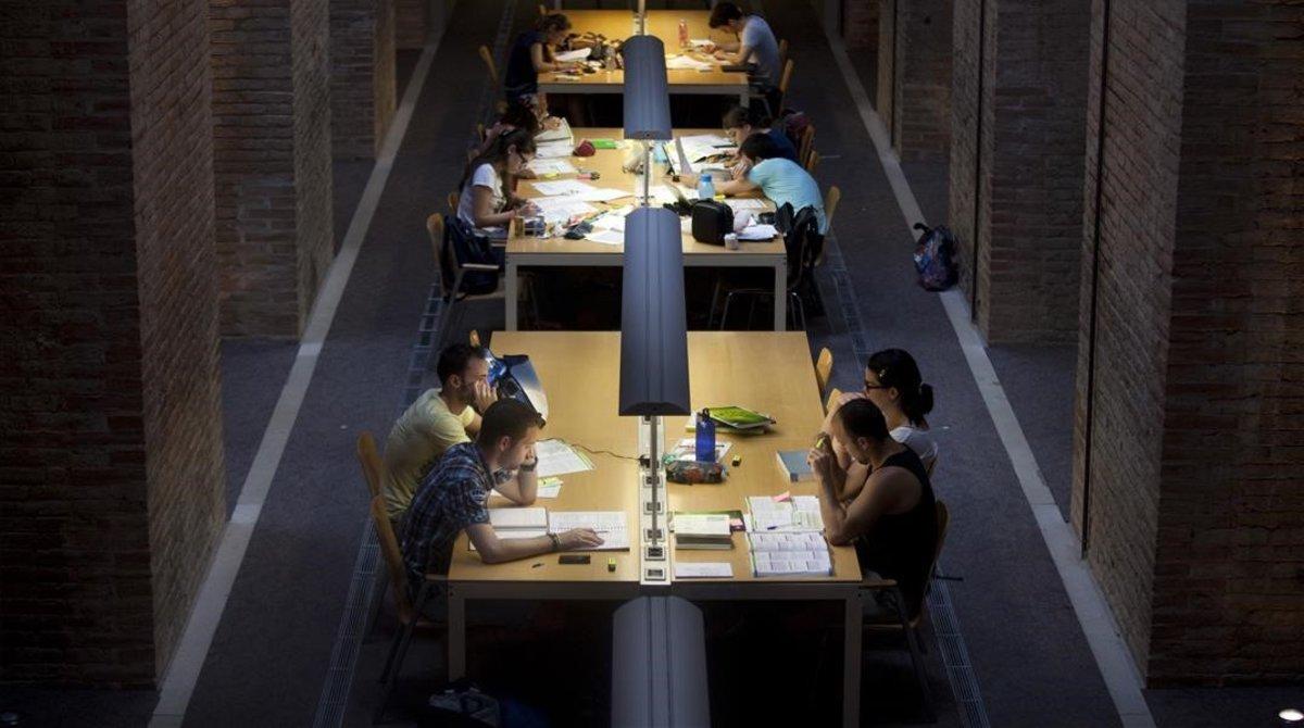 Alumnos de la Pompeu Fabra estudiando en la biblioteca