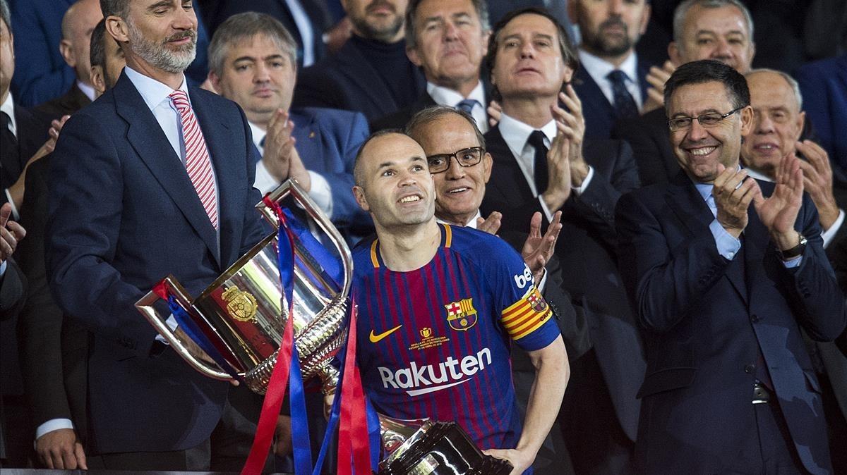 Andrés Iniesta mira al cielo mientras se dispone a levantar el trofeo de la Copa del Rey en la que el Barça se impuso por 5 a 0 al Sevilla en el Wanda Metropolitano.