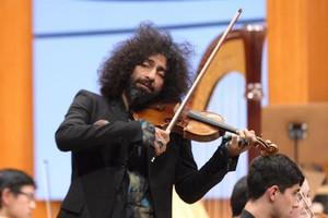 La emoción de Ara Malikian al volver a tocar el violín tras su accidente en un avión