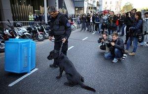 Policías y perros entrenados buscan bombas enla Cámara de Diputados de Buenos Aires, Argentina.