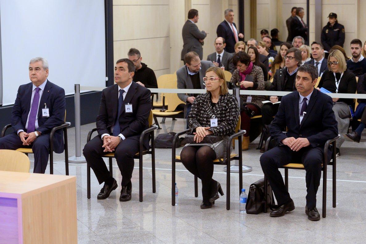GRAF4597. MADRID, 20/01/2020.- El mayor de los Mossos d'Esquadra Josep Lluís Trapero (d), la intendente de los Mossos Teresa Laplana (2-d), el exdirector de los Mossos Pere Soler (2-i), y el exsecretario general de Interior César Puig (i), sentados en el banquillo al comienzo del juicio por la actuación de este cuerpo policial de cara al referéndum del 1-O, durante la primera sesión de su juicio, este lunes, en la Audiencia Nacional, en Madrid. El juicio se prolongará previsiblemente hasta marzo y está previsto que declaren, además de los acusados, 104 testigos pedidos por la Fiscalía y las defensas. EFE/Fernando Villar POOL