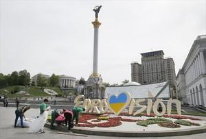 Arriba, militares en la región de Lugansk. Abajo, últimos preparativos en el centro de Kiev.