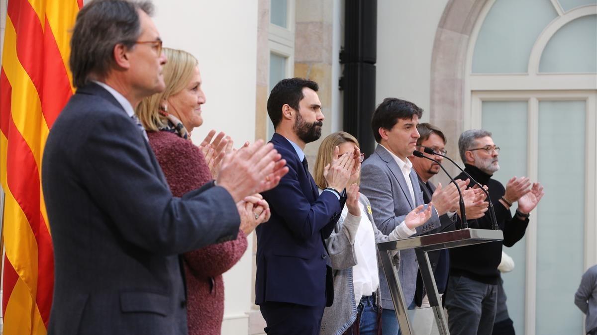 Artur Mas, Núria de Gispert, Torrent, Artadi, Sabrià, Domenech y Riera, en el auditorio del Parlament.