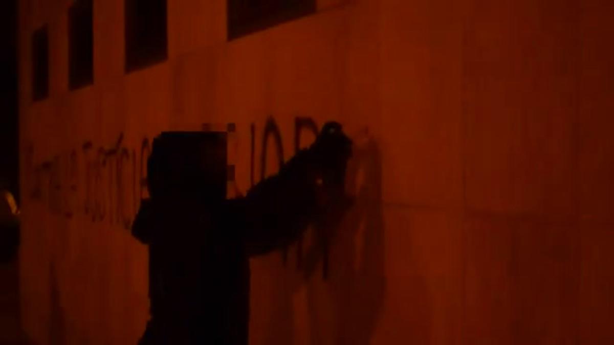 Ataque de Arran contra los juzgados de Gavà en protesta por la sentencia de La Manada