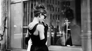 Audrey Hepburn, en la famosa escena de Desayuno con diamantes ante la joyería Tiffanys de Nueva York.