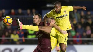Bakambu pelea con Vermaelen en un Villarreal-Barça.