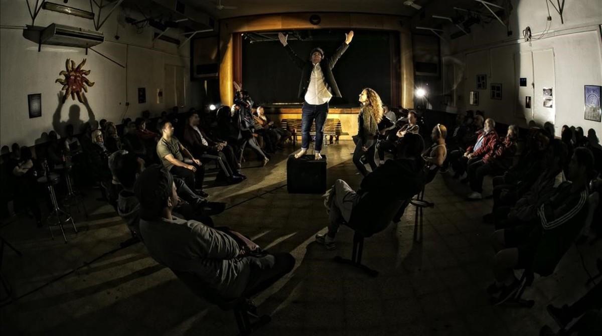 Xavier Teixidó, sobre el altavoz; al lado, Sandra Pujol y, detrás, mezclándose entre los internos, Oriol Esquerda, durante la representación de 'Wasted' en La Modelo, la semana pasada.