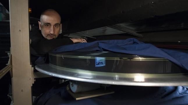 Nacho Cerdá muestra el rollo de Los odiosos ocho, 100 kilos y 7 kilómetros de película de 70 milímetros, en la sala de proyección de Phenomena.