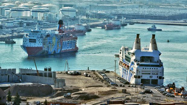 El barco 'Piolín'abandona Barcelona.