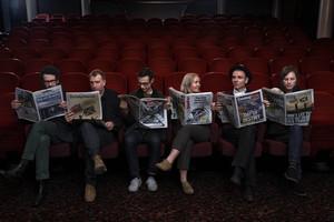 Belle and Sebastian en una fotografía promocional. El líder del grupo, Stuart Murdoch, es el segundo por la derecha.