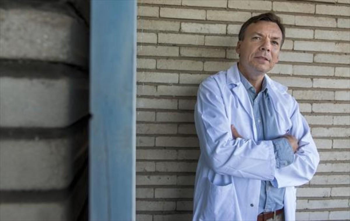 EN VALL DHEBRON.El psiquiatra Francisco Collazos, en los pasillos del servicio de psiquiatría transcultural.
