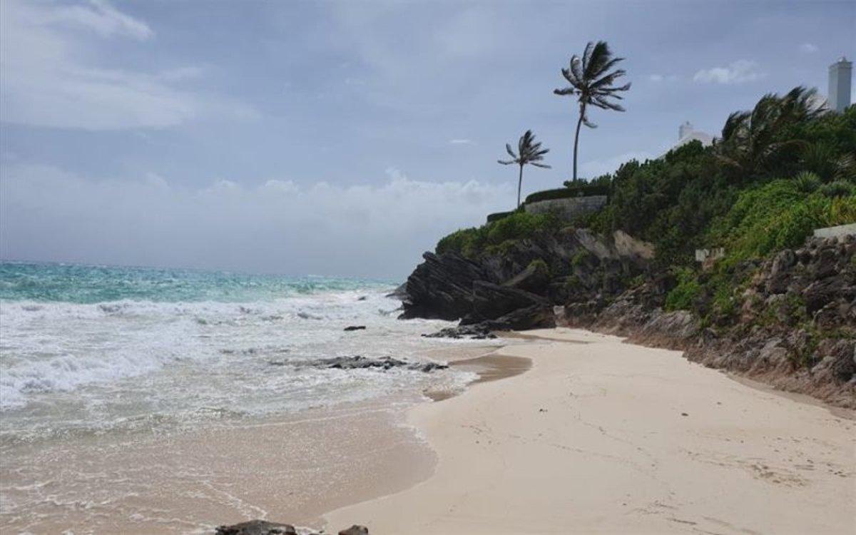 Fuertes vientos en las playas de Bermudas por el huracán Humberto.