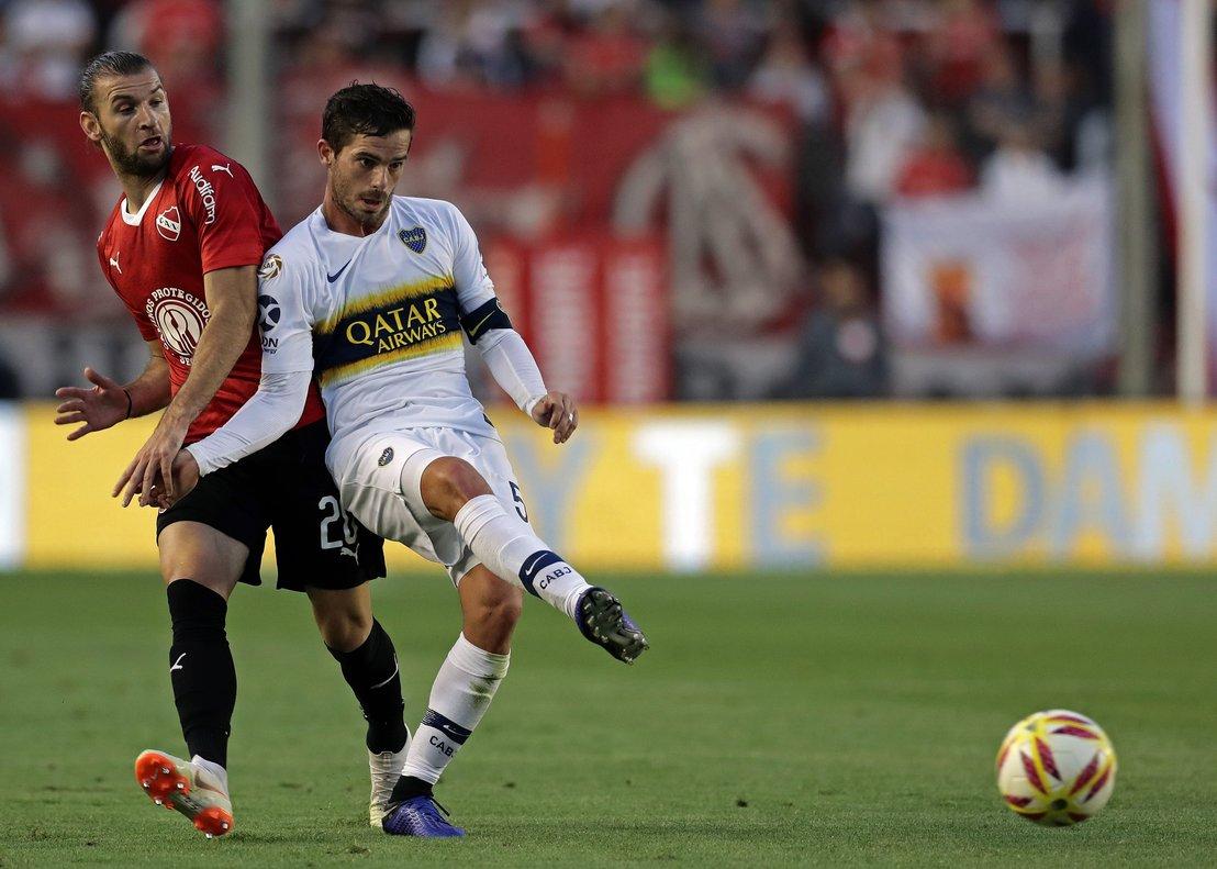 Gago controla un balón ante Silva de Independiente.