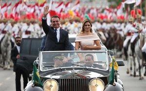 Bolsonaro y su esposa se dirigen al Parlamento de Brasil.