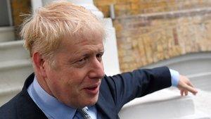 Boris Johnson sale de su casa, este jueves, antes de la primera votación de las primarias del Partido Conservador.