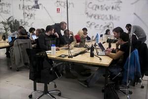 Una clase de 'coding' ofrecida por la academia Ironhack,donde la mayoría de estudiantes son hombres.
