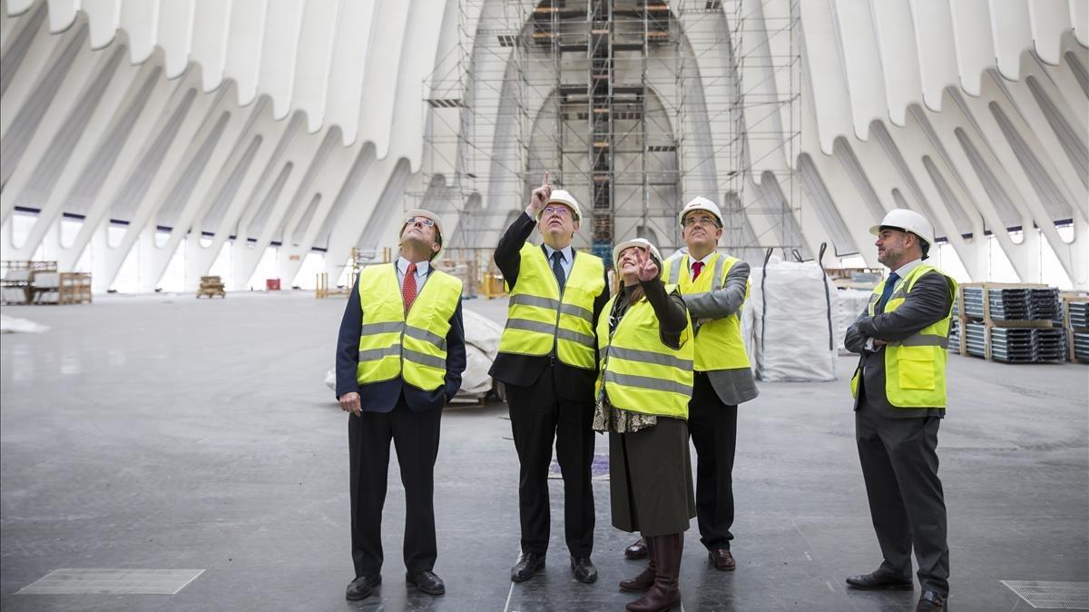 Ximo Puig, president de la Generalitat valenciana, visita las obras de reparación del Àgora, que alojará el próximo CaixaFórum
