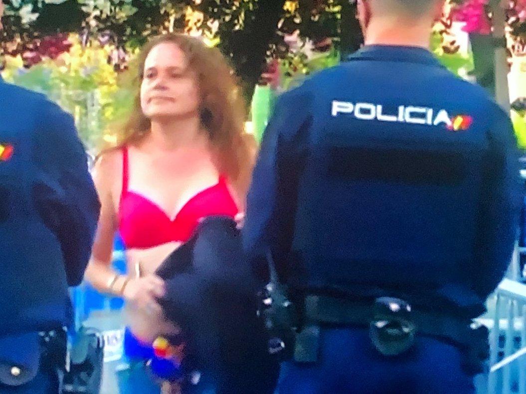 La seguidora y la policía.