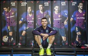 El capitán del Barça de fútbol sala, Sergio Lozano, posa en el vestuario del equipo azulgrana antes viajar a Almaty para jugar la 'final four' de la Champions.