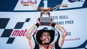 El catalán Marc Márquez (Honda) levante, en el podio de Austin, su sexto trofeo consecutivo en el GP de las Américas.