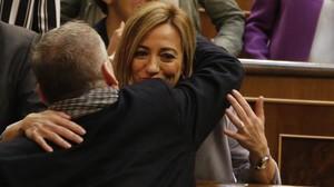 Chacón se despide de un diputado socialista a la conclusión del último pleno de la 11ª legislatura, en abril del año pasado.