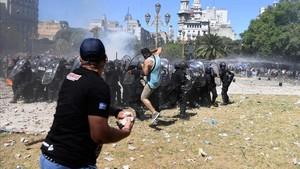 Choques entre policía y manifestantes contra el recorte de las pensiones en Buenos Aires.