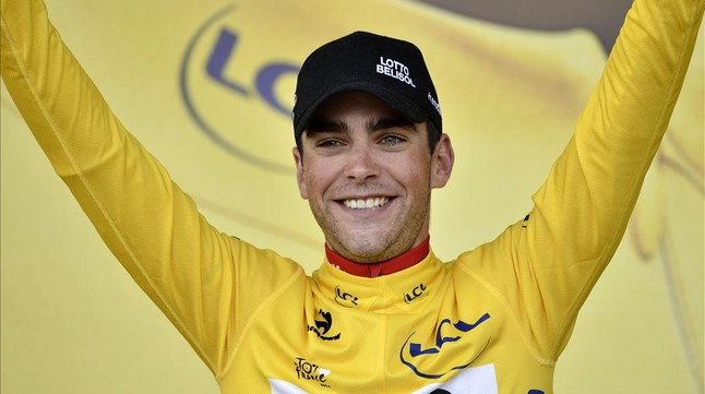 El ciclista francès del Lotto Tony Gallopin du el mallot groc al podi de Mulhouse.