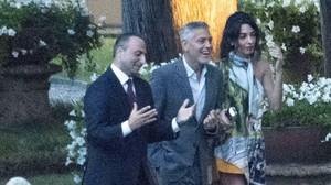 George Clooney, con su mujer Amal y el marido de Stella McCartney, Alasdhair Willis, en el Lago de Como (Italia).