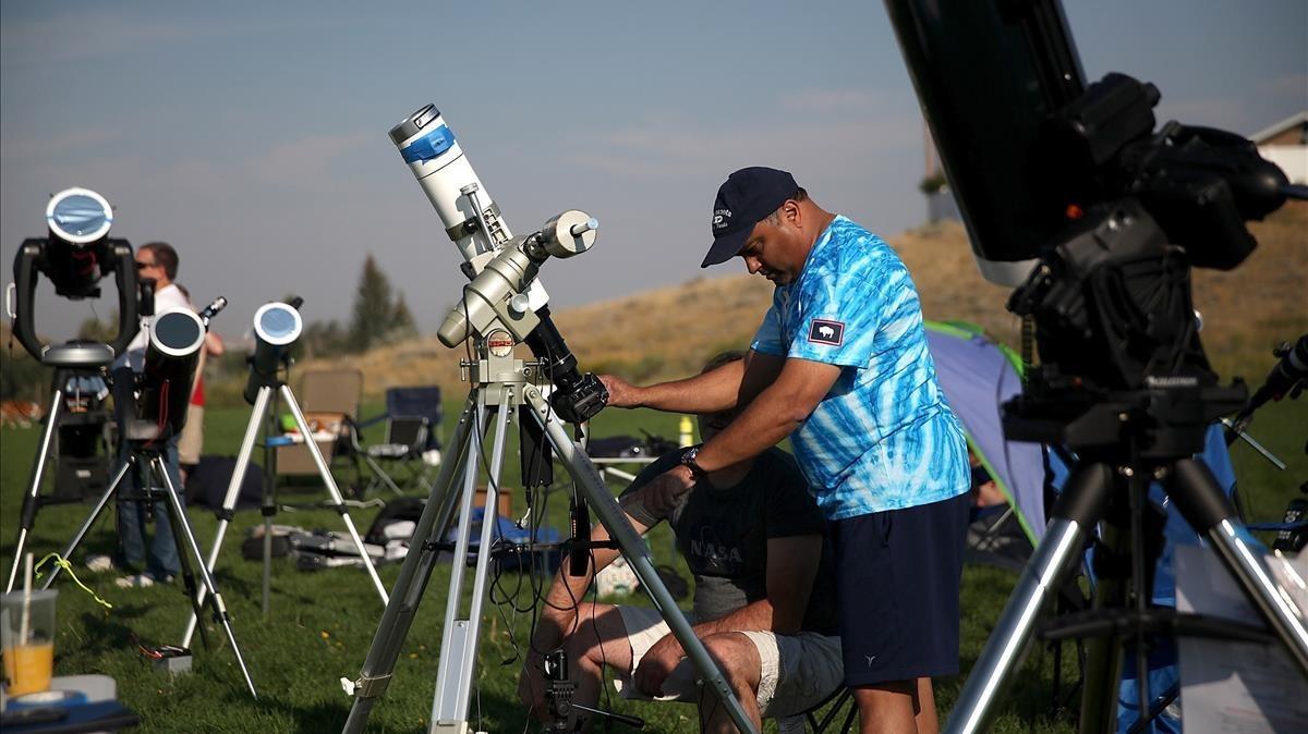 Unos aficionados equipados con cámaras y telescopios se preparan paraobservarel eclipse solar desde Casper, en el estado de Wyoming.