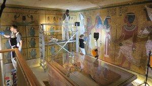 Fotografía del 3 de marzo del 2016 cedida por la fundacion JPaul Getty Trust donde se observa a unos restauradores mientras trabajan en la conservacion de unas pinturas en una pared de la cámara funeraria de Tutanbamon