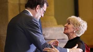 Concha Velasco recibe la Gran Cruz de Alfonso X el Sabio de manos de Mariano Rajoy.