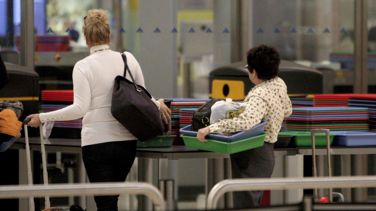 Viajeros pasan por un control de seguridad en el aeropuerto de Madrid-Barajas.