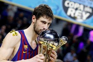 Tomic besa la Copa del Rey.