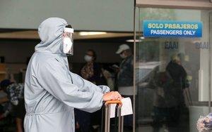 Un pasajero en el aeropuerto de Managua en plena pandemia de covid-19.