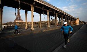 Corredores en el puente de Bir-Hakeim, cerca de la Torre Eiffel, la semana pasada.