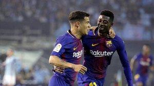 Coutinho felicita a Dembélé tras marcar este un gol al Celta en Balaídos.
