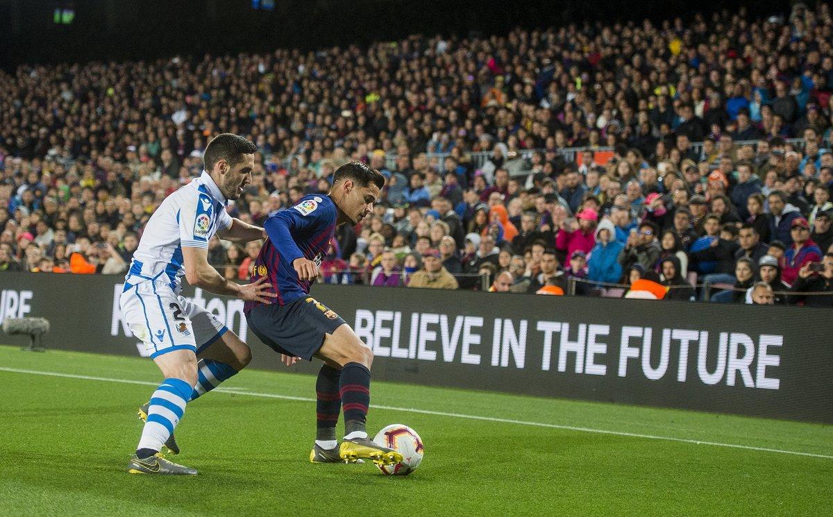 Coutinho protege un balón ante la presión de Zaldua.