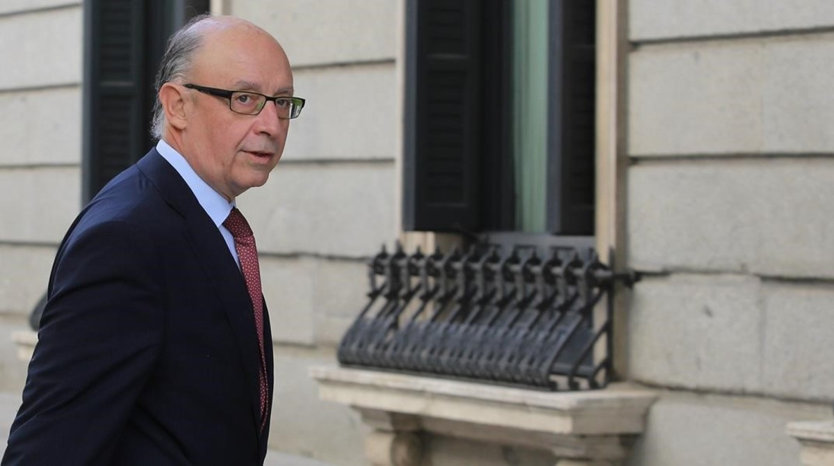 El ministro de Hacienda,Cristobal Montoro, en el patio del Cogreso de los Diputados.
