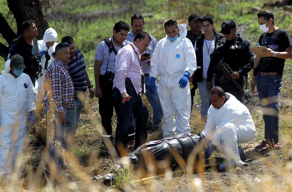 Los nueve cuerpos pertenecen a 18 hombres y una mujer.