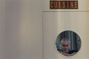 Daniel Brin saca la cabeza en el restaurante del que es propietario. Foto: Carlos Montañés