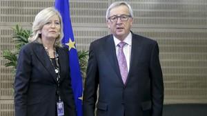 La Defensora del Pueblo Europeo, Emily OReilly, junto al presidente de la Comisión, Jean-Claude Juncker.
