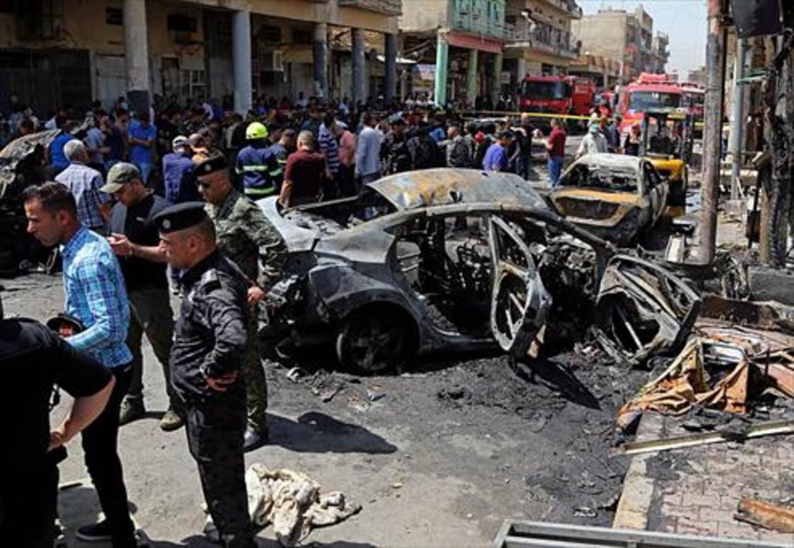 Destrozos causados por el atentado yihadista en el barrio bagdatí de Karrada.