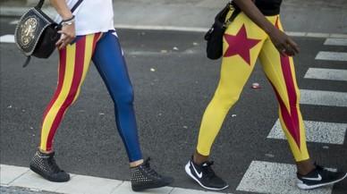 Dos manifestantes lucen pantalones estampados con la 'estelada', en Barcelona.