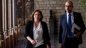 La alcaldesa de Barcelona, Ada Colau, y el 'conseller' de Interior,Miquel Buch, el junio del 2018, en el ayuntamiento.